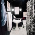 Черно-белая ванная комната малого размера с вертикальными панелями