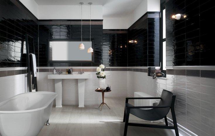 Черно-белая ванная комната с балансом цветов