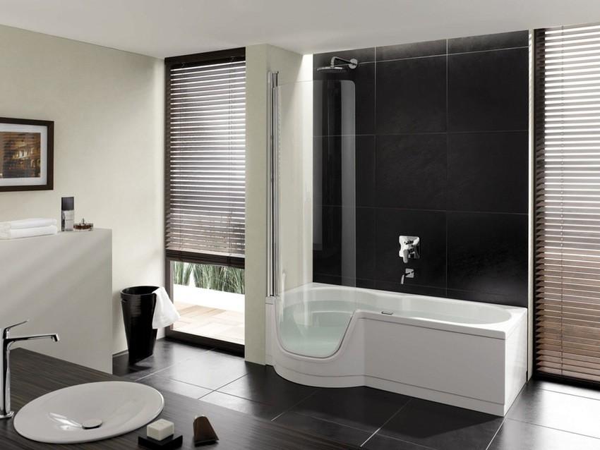 Черно-белая ванная комната с белой сантехникой