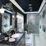 Черно-белая ванная комната с эффектом деления по диагонали