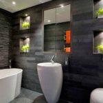 Черно-белая ванная комната с отделкой декоративным камнем