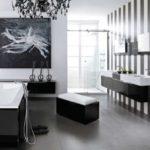 Черно-белая ванная комната с панорамными окнами