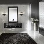 Черно-белая ванная комната с подсвечниками и трюмо