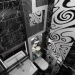 Черно-белая ванная комната в сочетании с мраморной и кафельной текстурой