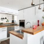 Дизайн белой кухни с барной стойкой и системой хранения