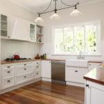 Дизайн белой кухни в дачном интерьере
