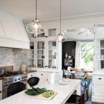 Дизайн белой кухни в интерьере с отдельной столовой зоной
