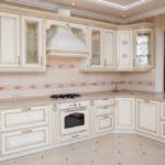 Дизайн белой кухни в интерьере с угловым гарнитуром