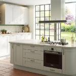 Дизайн белой кухни в интерьере с видом на террасу
