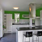 Дизайн белой кухни в интерьере столовой