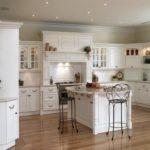 Дизайн белой кухни в классическом кантри стиле