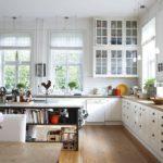 Дизайн белой кухни в просторной столовой