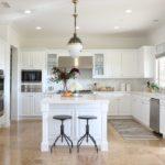 Дизайн белой кухни в просторном интерьере