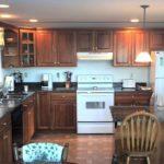 дизайн большой кухни деревянный гарнитур