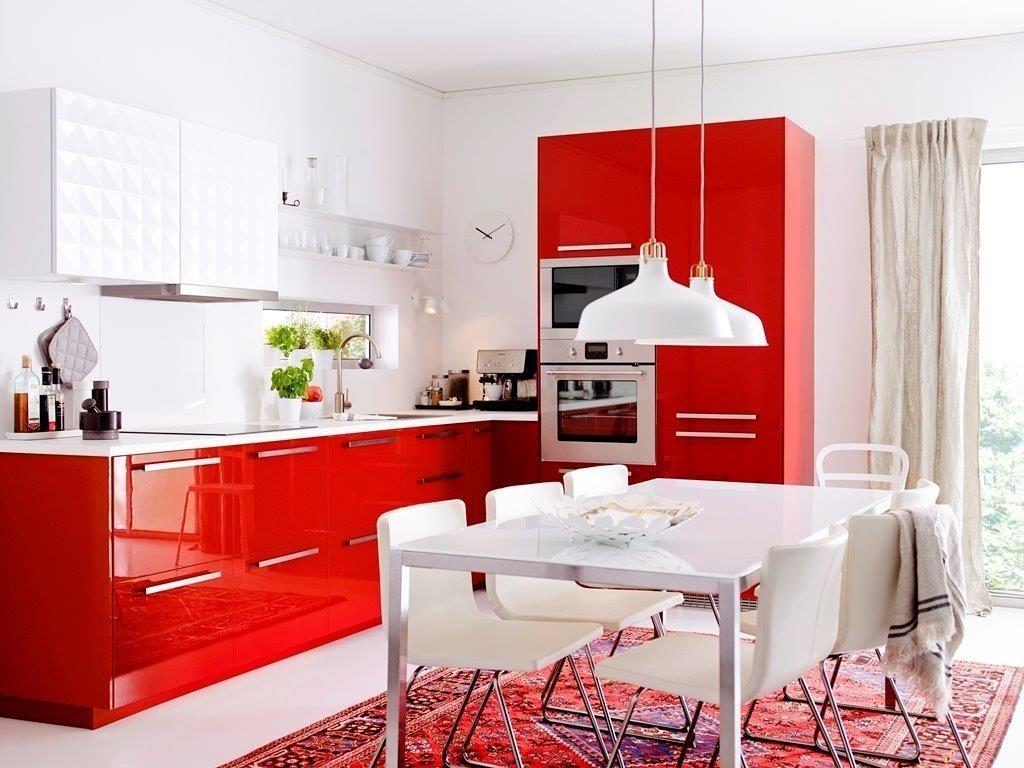 большая кухня с красно белым гарнитуром