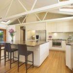 дизайн большой кухни с мраморными столешницами