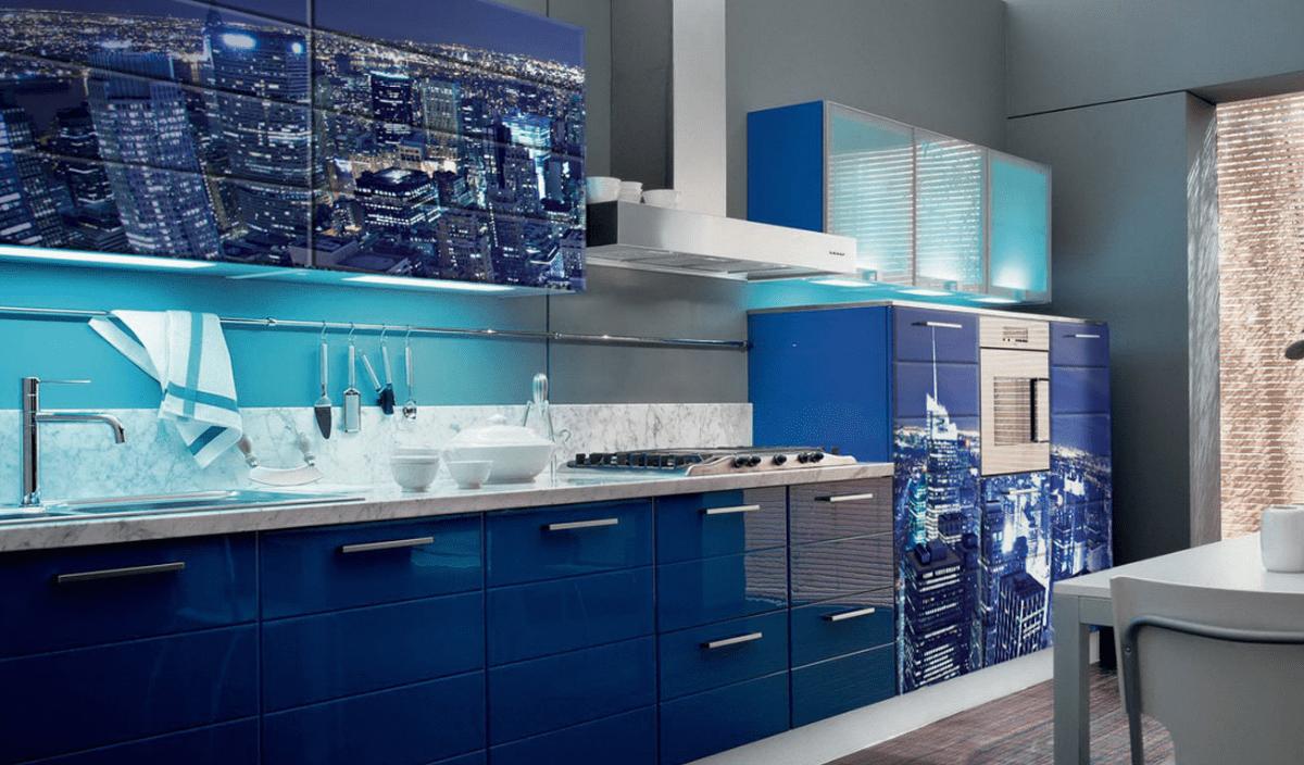 синий гарнитур на кухне