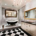 Дизайн ванной комнаты широкими с широкими зеркалами