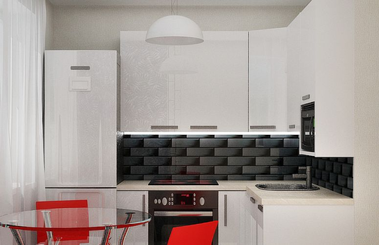 Интерьер белой кухни с кафельным фартуком и красными стульями