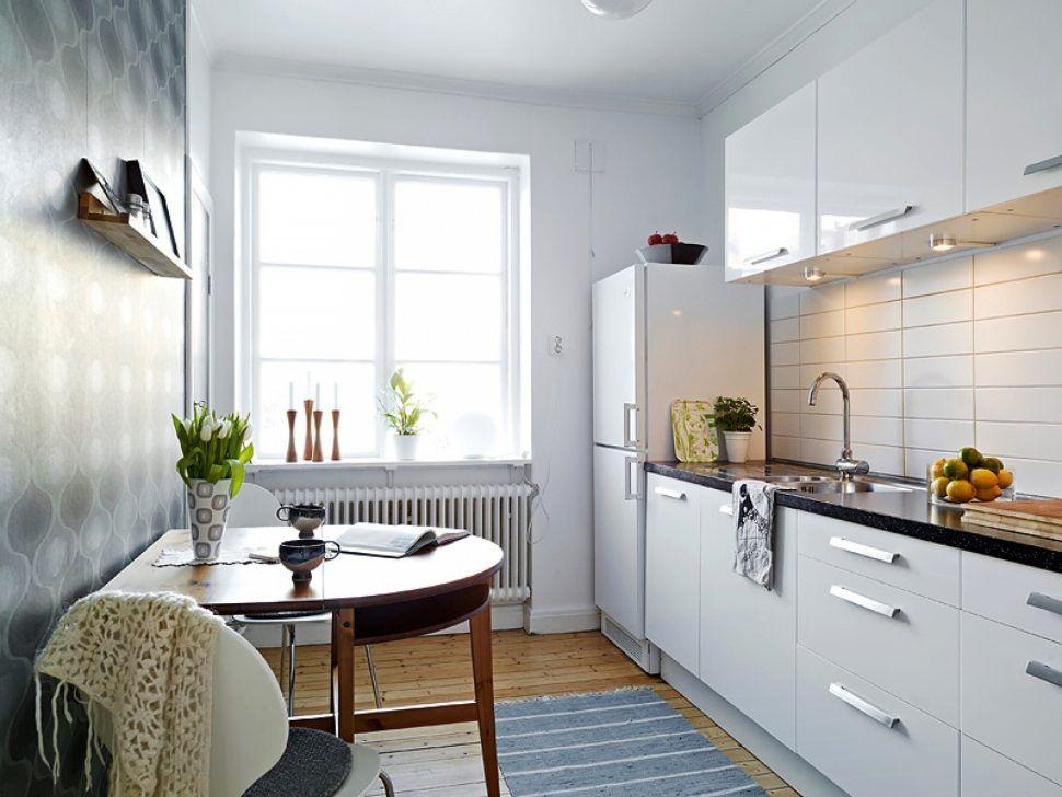 Интерьер белой кухни с линейным расположением