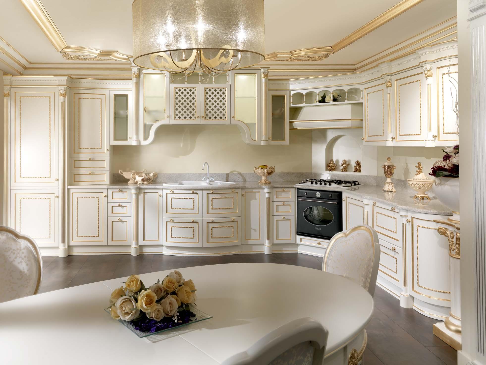 Интерьер белой кухни с позолоченными деталями