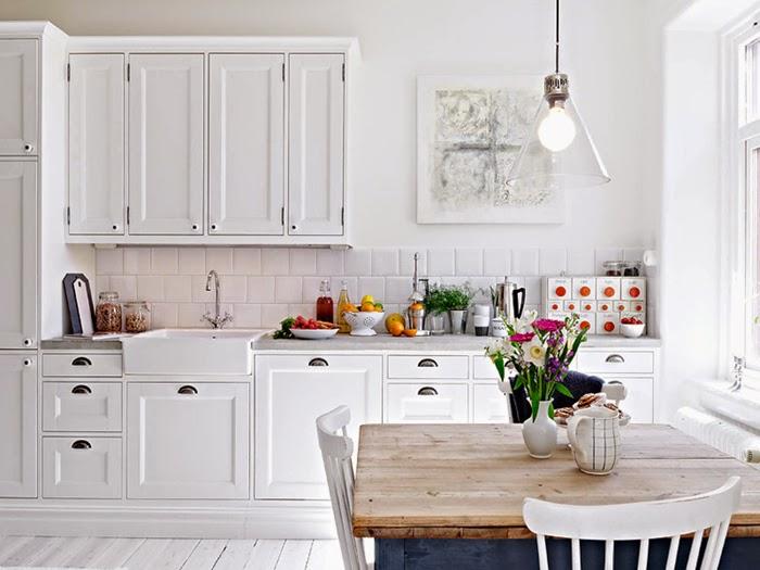 Интерьер белой кухни с растительными мотивами