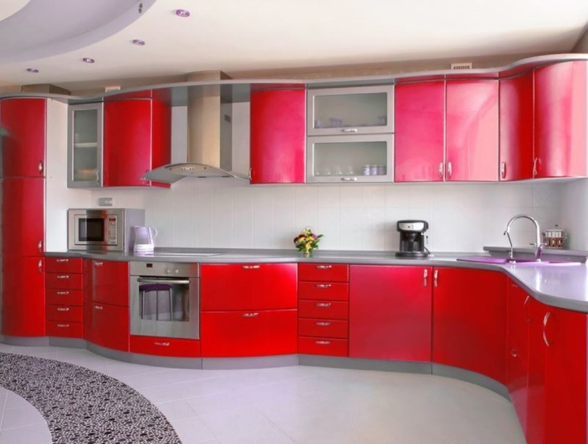 Интерьер белой кухни с ярким гарнитуром