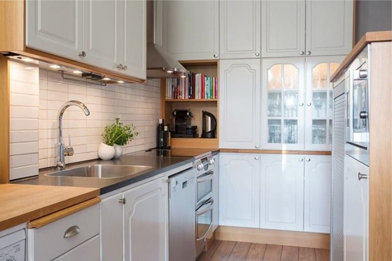 Интерьер белой кухни со столешницей цвета беж