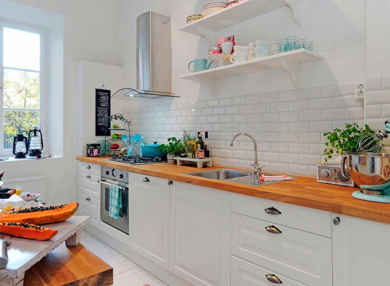 Интерьер белой кухни со столешницей из шпона