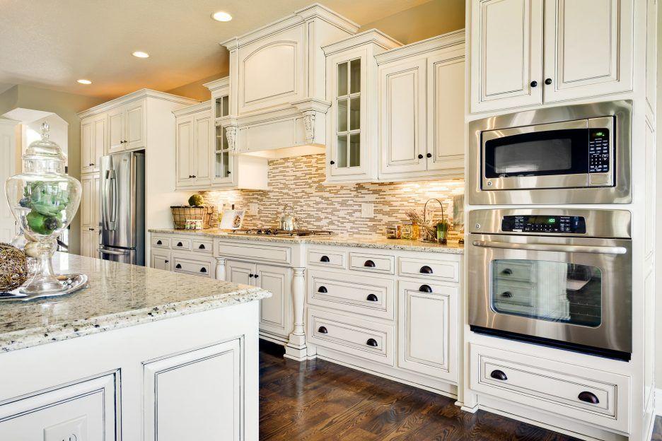 Интерьер белой кухни в английском стиле