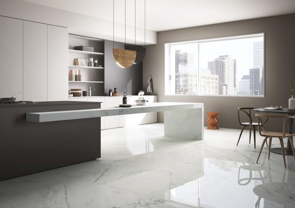 Интерьер белой кухни в глянцевом стиле