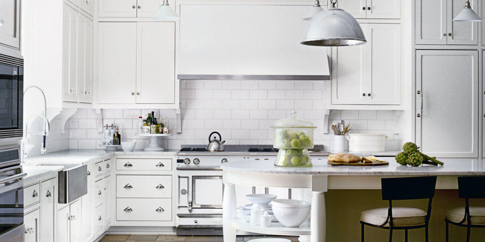 Интерьер белой кухни в классическом стиле