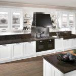 Островной дизайн белой кухни с гранитной столешницей