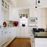 Островной дизайн белой кухни в интерьере