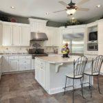 Островной дизайн белой кухни в классическом кантри стиле
