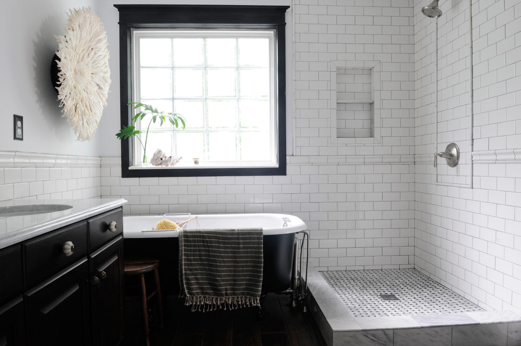 Ванная комната черно-белого цвета при мягком освещении