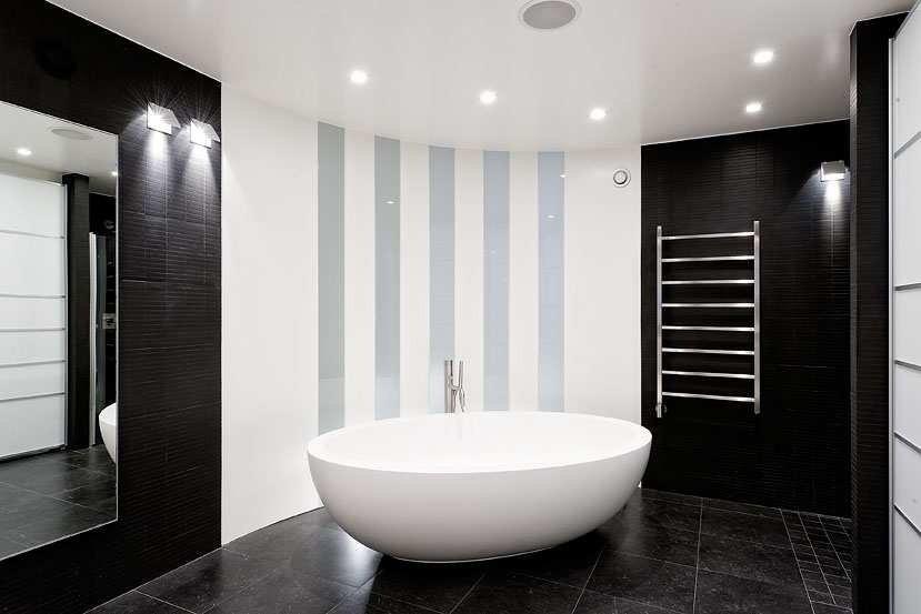 Ванная комната черно-белого цвета с безупречным дизайном
