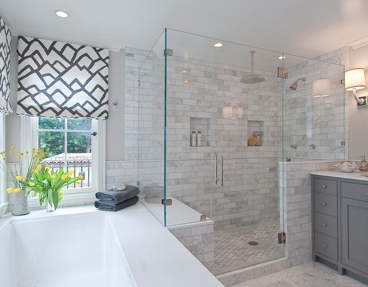 белый потолок в ванной