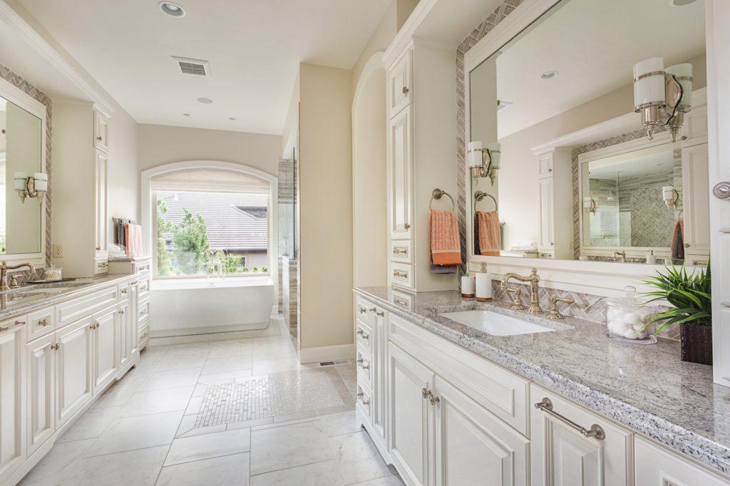 Белая ванная комната гранит классика