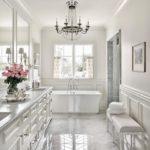 Белая ванная комната классика пол под мрамор