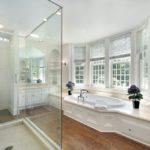 Белая ванная комната пол под дерево