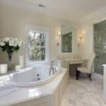 Белая ванная комната с молочным оттенком и мраморной плиткой