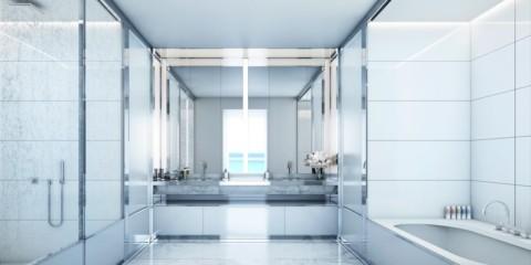 Белая ванная комната с мраморной плиткой
