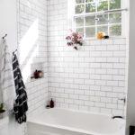 Белая ванная комната с полом из мелкой сотовой плитки