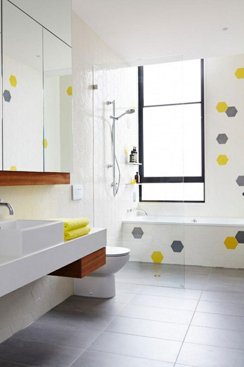 Белая ванная комната скандинавский стиль и желтый
