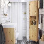 Белая ванная комната стены из кафеля и геометрический рисунок на полу