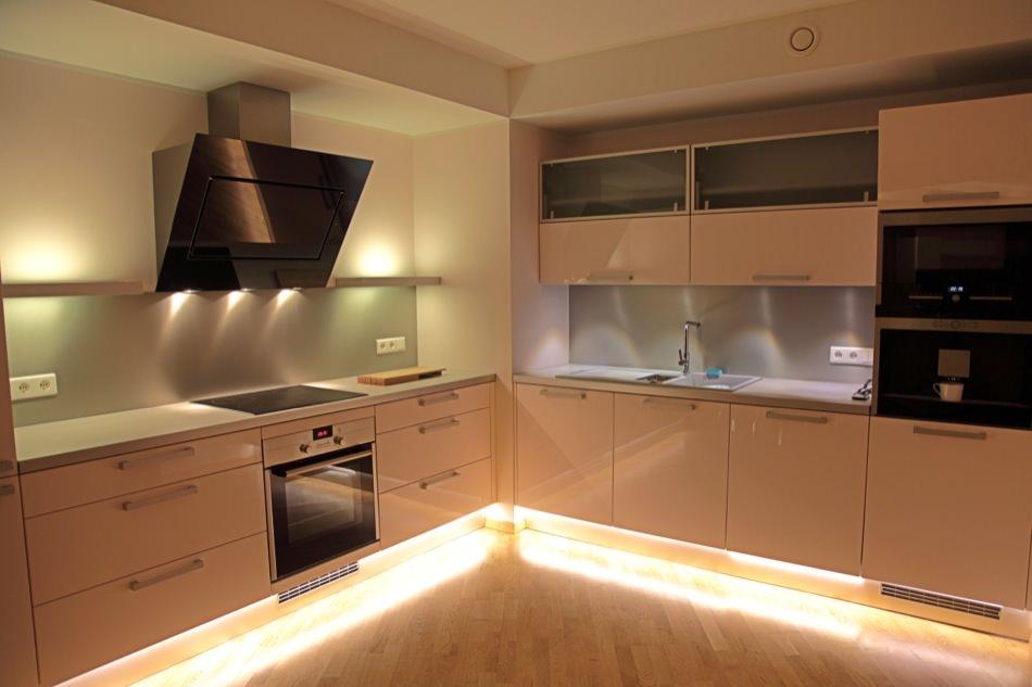 Бежевая кухня футуристическая подсветка