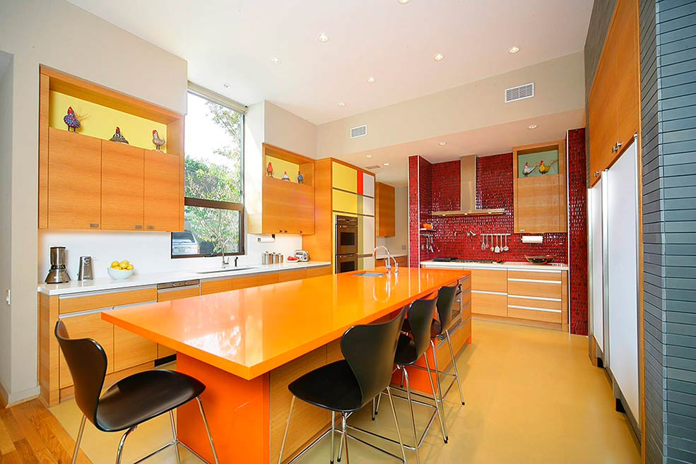 Бежевая кухня оранжевый цвет
