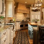 Бежевая кухня с антикварной мебелью