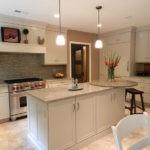 Бежевая кухня с белой мебелью